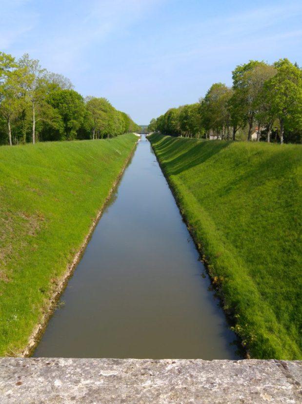 vue symetrique sur le canal du nivernais