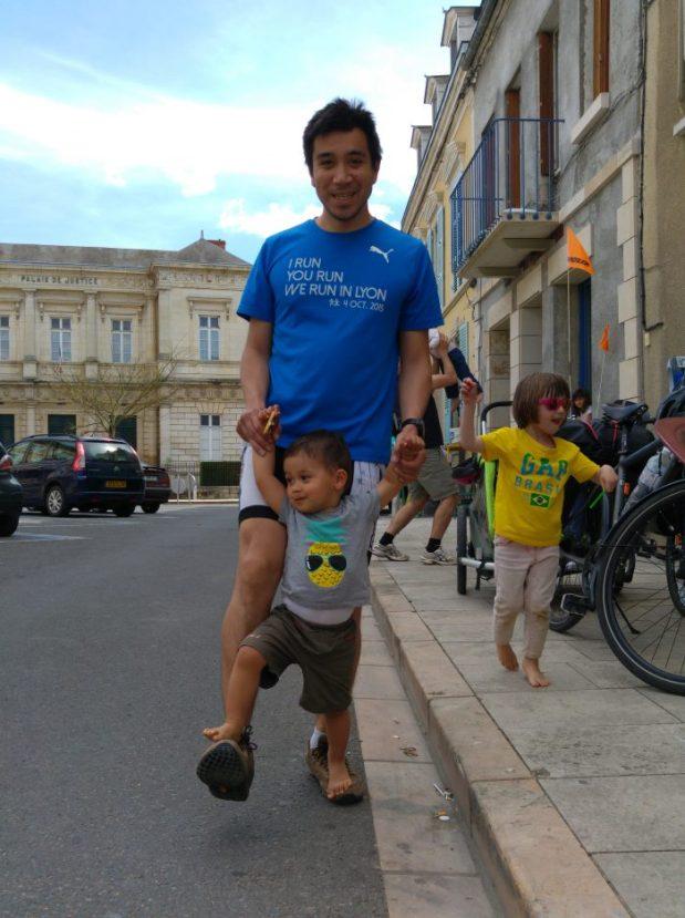papa asiatique avec garçon métisse qui marche sur ses pieds