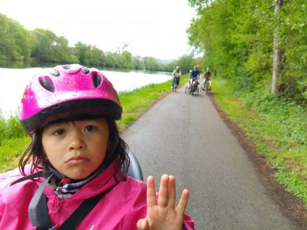 canal du nivernais à vélo, enfant sous la pluie