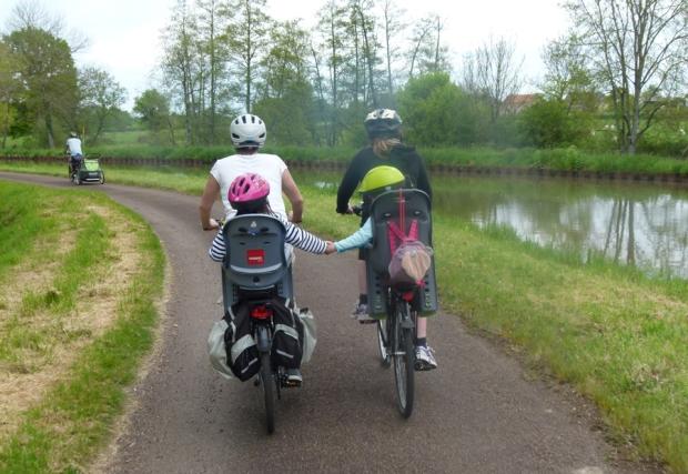 canal du nivernais à vélo avec des enfants qui se tiennent par la main