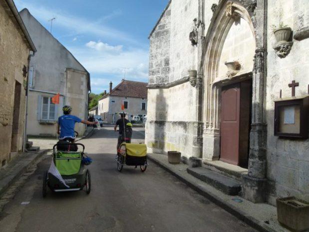 velo en famille avec carriole croozer rue de cravant devant église