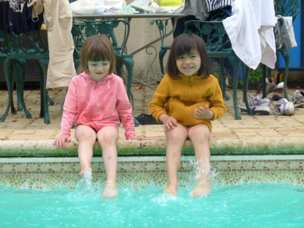 fillettes les pieds dans la piscine domaine borgnat bourgogne