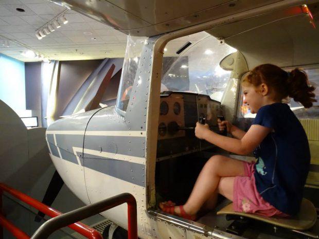 Musée de l'air et de l'espace, Washington - petite fille dans un avion