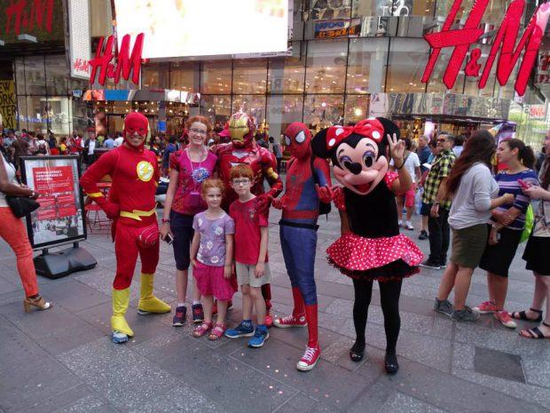 Time square avec des enfants, New York, mascottes