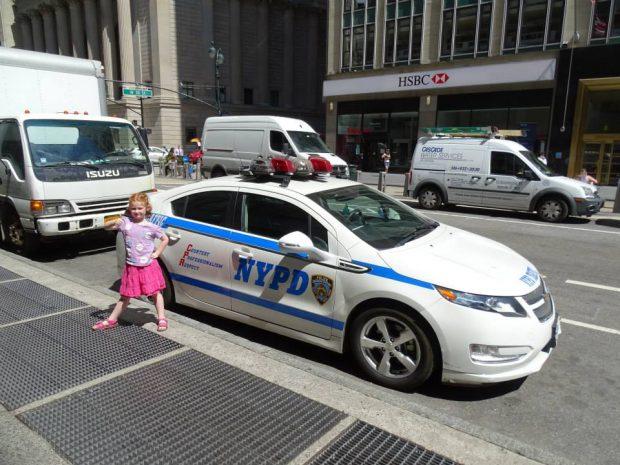 fillette devant voiture de police NYPD