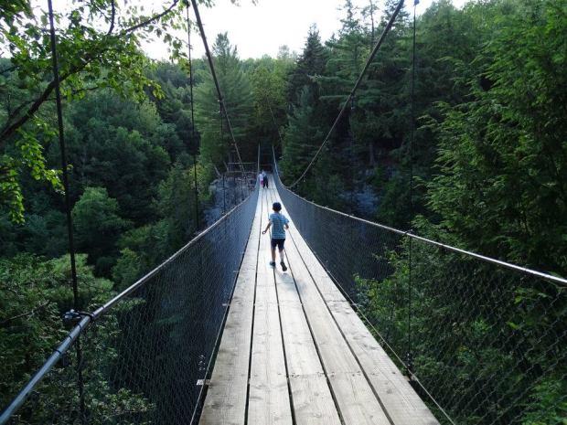 Québec - Chutes Ste Anne - pont suspendu avec un enfant