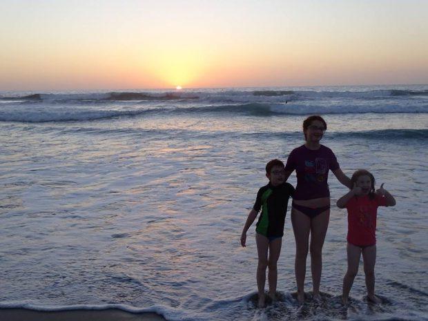 San Diego coucher de soleil avec enfants devant l'océan