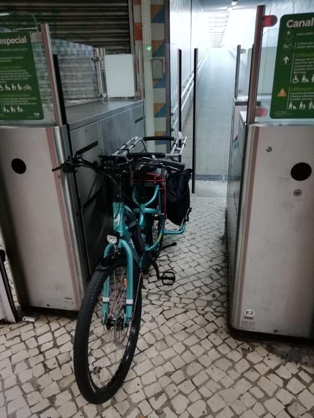 velo cargo longtail yuba boda boda electrique dans le train