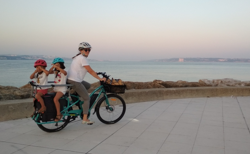 yuba velo cargo longtail coucher de soleil mer 2 enfants