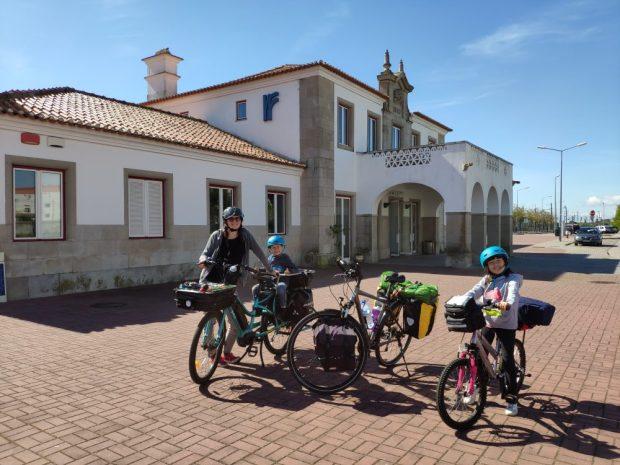 voyage a velo avec des enfants train gare evora portugal