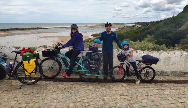 cacela velha a velo avec des enfants en cote est de l algarve portugal