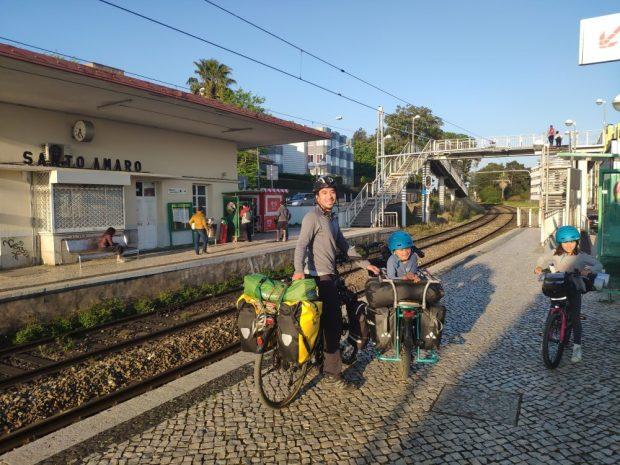 voyage a velo en famille portugal train lisbonne santo amaro