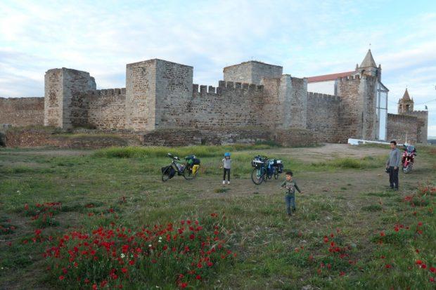 bivouac chateau Mourao - voyage a velo alentejo Portugal avec des enfants lac alqueva