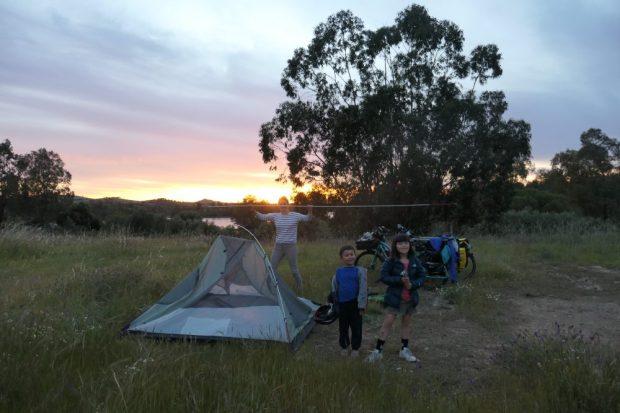 camping sauvage lac Mina de Sao domingos en velo avec des enfants Portugal