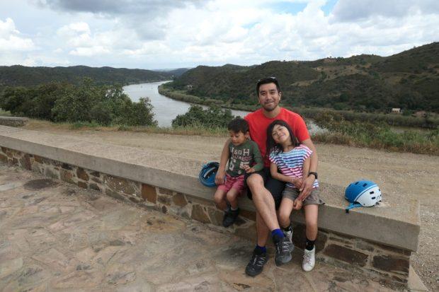 algarve a velo avec des enfants le long du fleuve guadiana